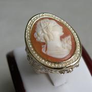 П-1489.Дизайнерское кольцо с камеей. Камея выполнена на натуральной раковине, ручная работа. Ювелирный сплав под золото, декор камнями Сваровски