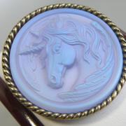 П-1553. Красивая дизайнерская брошь-кулон от американской компании KIRKS FOLLY. Ювелирный сплав цвета античного золота, камень-хамелион с изображением мифического единорога. Диаметр-5.5см.
