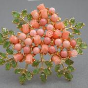 """П-1422. Крупная но очень нежная брошь """"Коралловая мимоза"""". Ювелирный сплав с 18К позолотой. Декор россыпью полудрагоценных камней: коралл, перидот, резные розы из коралла. Полностью ручная работа! Рaзмер 7х6смсм."""