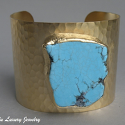 П-1245. Дизайнерский американский браслет. Ювелирный сплав с позолотой, декор крупным камнем натуральной бирюзы. Ширина -5см.Ручная работа, клеймо дизайнера.
