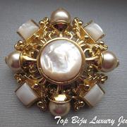 П-921.Брошь от Джоан Риверс (см раздел Имена) в форме мальтийского креста.Богато декорирована, крупная, красивая брошь, диаметр 6.5 см.Ювелирный сплав под золото,иск.перламутр,искусственный жемчуг.
