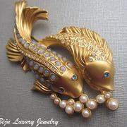 """П-1441. Коллекционная брошь """"Loving Fishes"""" от Элизабет Тэйлор. Редкий экзепляр в новом состоянии. Ювелирный сплав под матовое золото, декор из иск. жемчужин и лунного камня.Размер броши 5х11.5см, достаточно крупная и увесистая."""