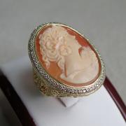 П-1490.Дизайнерское кольцо с камеей. Камея выполнена на натуральной раковине, ручная работа. Ювелирный сплав под золото, декор камнями Сваровски. Все размеры в наличии.