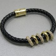 П-1566. Дизайнерский браслет от Джоан Бойс. Плетенный браслет из кожи, декор кристаллами Сваровски.