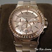 П-1177. Женские наручные часы от американского дизайнера Майкла Корса. Кварцевый механизм, браслет выполнен из нержавеющей стали с позолотой розовым золотом, декор камнями Сваровски. Водонепроницаемые-5атмф.