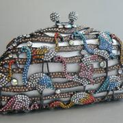 П-1206. Вечерняя сумочка-клатч от американского дизайнера. Клатч усыпан камнями Сваровски, внутренняя отделка выполнена из кожи. Также можно носить через плечо-крепится цепочка.