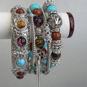 П-1046.Роскошный сет из 5 браслетов от Роберто Грациано. Ювелирный сплав с родием и серебром, декор камнями и бусинами разнообразных оттенков.Браслеты можно носит как на одной, так и разделить на две руки.