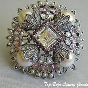 """П-841. Брошь-кулон """"Королева Виктория"""" от американского дизайнера Джоан Риверс. Трехслойная брошь, комбинация прозрачных, нежно-розовых и рубиновых камней Сваровски."""