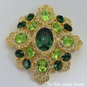 """П-1032. Шикарная бошь-кулон """"Maltese Emerald"""" от Кеннета Джей Лейна (описание марки в разделе Имена). Позолота 24К, кристаллы Сваровски в алмазной огранке, выпуклая ,oбъёмная форма. Размер-6х6.5 см.ПОВТОР ПОД ЗАКАЗ"""
