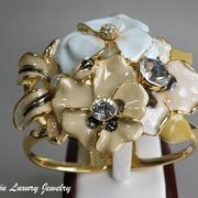 """П-1125. Широкий стильный браслет из коллекции """"Цветочный сад"""" от Кеннет Лэйна.Подойдет на любое запястье, позолота 24К, эмаль ручной работы, камни Сваровски."""
