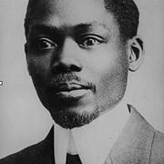 Léopold Sédar Senghor: Dichter und Politiker - 1940 geriet er als Offizier in deutsche Kriegsgefangenschaft und entging nur knapp seiner Erschießung zusammen mit anderen Soldaten schwarzer Hautfarbe. 1960 wird er Staatspräsident des Senegal.