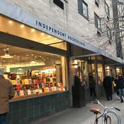 余談。モット・ストリートから、すぐ近くのプリンス・ストリートを歩いていたら「INDEPENDENT」という文字に思わず反応してしまった。Mcnally Jacksonという本屋さん。