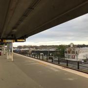 リンデンハースト駅に到着。
