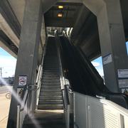 リンデンハースト駅の階段。『トラスト・ミー』でロングコート×眼鏡×パイプの紳士たちで埋めつくされていたあの階段!『アンビリーバブル・トゥルース』でも何度か登場。現在は上り用にエスカレーターができている。