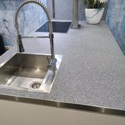 Arbeitsplatte in der Küche mit Steinteppich