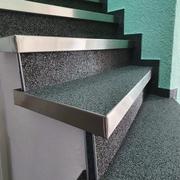 Steinteppich Treppe mit breiten Profilen