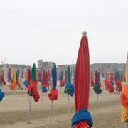 Alignement multicolor sur la plage de Deauville (Photo : Dominique)