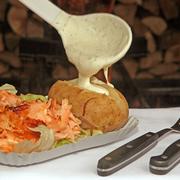 Flammlachs mit heißer Ofenkartoffel | große Portion Flammlachs mit Salat und Ofenkartoffel mit hausgemachter Sauce nach Wahl