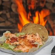 Flammlachs mit heißer Ofenkartoffel | große Portion Flammlachs mit Salat und Ofenkartoffel