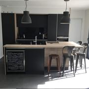 Cuisine équipée haut de gamme noir mat et bois par Cuisine Intérieur Design Toulouse