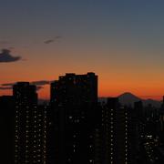R棟より夕焼けの富士山を望む