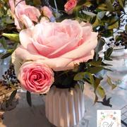 Petit bouquet dans les tons pastel, rose poudré et feuillages variés