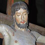 Der aus Pappelholz geschnitzte Korpus hat eine qualitätvolle Fassung und eine schon in die Gotik hinüberweisende Eleganz.