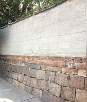 石垣の上に今は塀がある