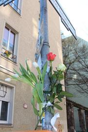 Blumen an den Pfosten der Bonhoeffer-Strasse zum Gedenken. Foto: Helga Karl