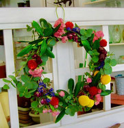 練馬桜台ガーデニングショップ かのはの 生徒さんの作品です。生花からドライフラワーになる過程も楽しめるリースです。練馬桜台ガーデニングショップ かのはの hana教室