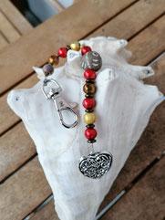 Langer Schlüsselanhänger Herzanhänger mit Herz Antiksilber www.cacuzza.ch, roten Acrylperlen, dunkelbraunen Acrylrondellen, goldenen Glaskrepp Perlen, brauner Holzperle mit Ornament