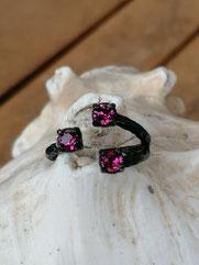 Fingerring Ring www.cacuzza.ch Glinda schwarz oxidiertes Messing mit pinken Ruby 4mm Swarovski Steinen verstellbar