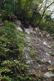 今にも落ちそうな岩が多い