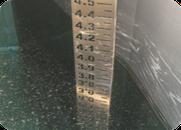 Wasserstandsmesslatte aus Edelstahl 300 mm breit mit Zahlen und Strichen ausgeschnitten