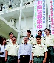 竹富町役場に自衛官募集の懸垂幕が設置された=16日午後、町役場