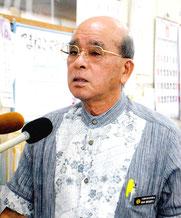 文科省の是正要求を受け、報道陣の質問に答える慶田盛教育長=18日午前、竹富町教育委員会