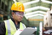 Le consultant industriel réalise un audit de site chez un fournisseur.