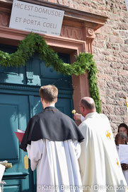 Pfarrer Heyer bei der Weihung der Tür.