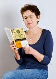 Andrea Vogelsang (Kristina Hänel) mit der Erstausgabe ihres Buches aus dem Ulrike Helmer Verlag. (Foto: privat)