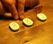 Runenorakel; Bild: Nick Fraser