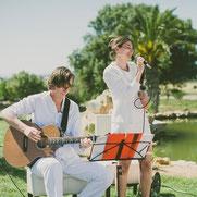 """Foto: """"Hamburger Hochzeitssängerin Anjes de Sangeres mit Gitarrist spielen auf Hochzeit vor Palmen"""""""
