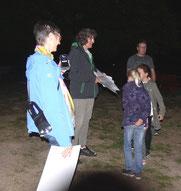 Imke Meyer, Leiterin der AG Fledermausschutz, im Einsatz mit dem neuen Batlogger, finanziell gefördert durch die BINGO-Umweltstiftung. (Foto: T. Frischgesell)