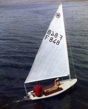 Couple dans Moth Gouget, photo promotionnelle pour le bateau, vers 1957