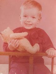 Kindheitsfoto von Ina mit Teddybär.
