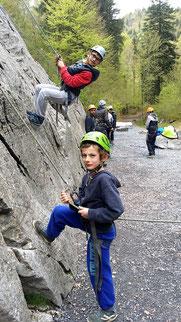 Jeune junior sur falaise-école à Sixt