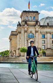 Cem Özdemir auf dem Fahrrad vor dem Bundestag in Berlin