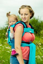 Babytrage mit auffächerbaren Trägern, komplett aus Tragetuchstoff, stufenlos mitwachsend, viele Designs erhältlich.