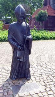 Statue Bischof Wolfhelm an der Vitus-Kirche - Foto: HPD