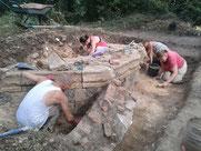 Fouilles archéologiques au château d'Eaucourt bilan au 07 août 2015. Découverte des bases d'une tour polygonale.