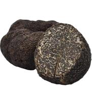 Schwarzer Trüffel (tuber melanosporum) dagegen hat einen intensiven Geschmack sowie einen dezenten Duft – im Verhältnis 80 zu 20 Prozent – und kann ideal mitgegart werden. Die Ernte-Saison der schwarzen Trüffel beginnt Ende Dezember und geht bis Mitte Mär